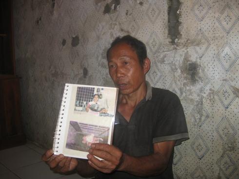 Madarjo, suami tarti, menujukkan foto Tarti