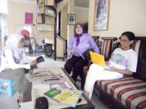 Zahratun, saat ditemui dikantor PPK Mataram bersama dua orang rekannya.