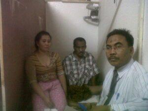 Suasana saat Suryadi, salah satu staff KJRI Jeddah saat mengunjungi Johra dan istrinya.