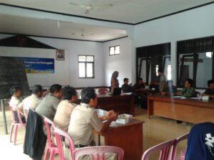 Suasana saat beberapa pegiat Forum Warga Buruh Migran Cilacap berdiskusi tentang perlindungan TKI di level desa