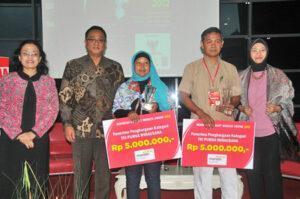 Dari kiri: Nining I. Soesilo CEO ICPS FE UI, Kepala BNP2TKI Moh Jumhur Hidayat, TKI purna Maizidah Salas dan TKI purna Usep Hermawan bersama istrinya.