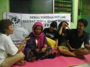 Jejen Nurjanah (berkerudung), Erna(kiri), Ketua DPN SBMI dan Hari(kanan), Koordinator Advokasi DPN saat mendiskusikan kasus penipuan yang menimpa Mantan TKI dengan modus iming-iming uang Asuransi yang marak di berbagai daerah