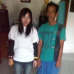 Nok Anah (kiri) bersama bapaknya setelah tiba di Indonesia.