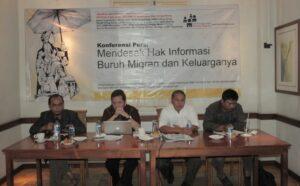 Suasana Konferensi Pers soal hak informasi buruh migran, tampak dari kiri Muhammad Irsyadul Ibad, dari Infest, Ahmad Alamsyah Saragih, Komisioner Subkomisi Informasi Pertahanan dan Keamanan, Abdul Rahim Sitorus, dari LBH Yogyakarta, dan Anwar Ma'arif, dari DPN SBMI