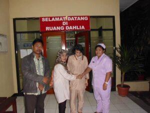 Bobi Alwy (paling kiri) dan Jejen Nurjanah, Saat Menjemput Pipih Sopiah TKI Asal Sukabumi yang Mengalami Depresi di RS Polri