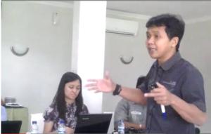 Arie Sudjito, Pegiat IRE Yogyakarta saat berbagi pengetahuan soal advokasi berbasis data kepada para pegiat buruh migran