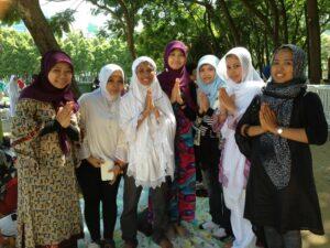 Beberapa Buruh Migran Indonesia di Hong Kong seusai menunaikan Sholat Idul Fitri 9 Agustus 2013