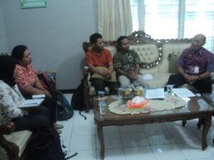 Nooryono, Kepala Dinsosnakertrans Kabupaten Banyumas(Kanan), saat berdiskusi dengan pegiat Seruni Banyumas