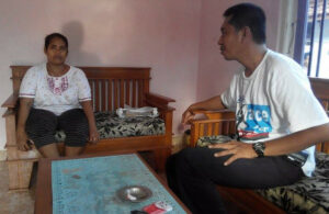 Akromi (kiri), ibu dari TKI Sukmawati saat menceritakan kasus anaknya pada Jihun (kanan), koordinator advokasi SBMI Indramayu