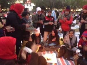 Buruh Migran Indonesia di Hong Kong Mengisi Hari Liburnya dengan Berkumpul Bersama. Foto : blog Fera Nuraini