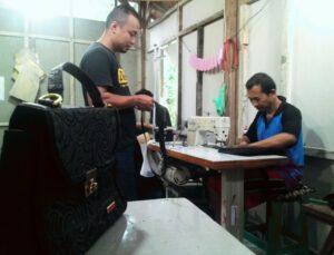 Aktivitas di Bengkel Kerja Pembuatan Tas Milik  Winoto. Foto : Yudi Setiyadi