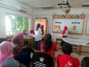 Partisipan dari PERTIMAD, Nasrikah Sarah sedang melakukan presentasi pada diskusi Refleksi Serantau