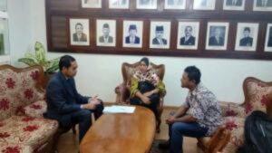 Judha Nugraha dari Fungsi Kekonsuleran KBRI Kuala Lumpur sedang memberikan pengarahan kepada SW dan istrinya
