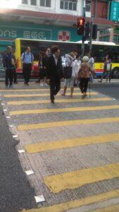 Terlihat Seorang BMI Berjalan Bersama Nenek yang Dijaga Saat Lampu Jalan Merah di Hong Kong