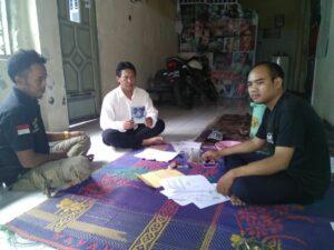 Ketua SBMI Indramayu (kanan), saat menerima pengaduan dari Keluarga Rusmini