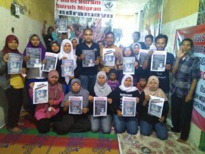 Aksi memegang photo itu di Sekretariat SBMI Indramayu di Jl. Angling Dharma Blok Sukamelang Rt. 10/02 Desa Krasak Kec. Jatibarang Kab. Indramayu.