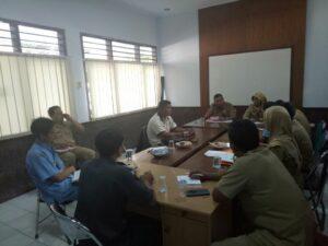 Kepala Disnakertrans Banyuwangi saat pimpin koordinasi pemulangan BMI yang sakit di Taiwan