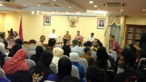 Menlu Berdiskusi dengan Pekerja Migran di KJRI Johor Bahru