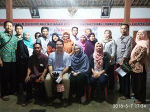 Tim Infest dan AWO Internasional berfoto bersama dengan Pemdes dan Perwakilan Komunitas Organisasi Pekerja Migran Indonesia (KOPI) di Desa Bringinan.