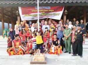 Tim Infest dan AWO Internasional berfoto bersama dengan Pemdes dan Perwakilan Komunitas Organisasi Pekerja Migran Indonesia (KOPI) di Desa Nongkodono.