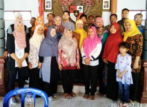 Tim Infest dan AWO Internasional berfoto bersama dengan Pemdes dan Perwakilan Komunitas Organisasi Pekerja Migran Indonesia (KOPI) di Desa Pondok.