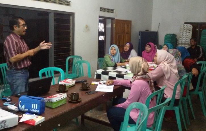 Eddy Purwanto memandu diskusi hak-hak Pekerja Migran di Desa Gogodeso