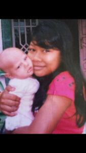 Ari Puspitawati sedang menggendong bayi sekitar 7 tahun yang lalu