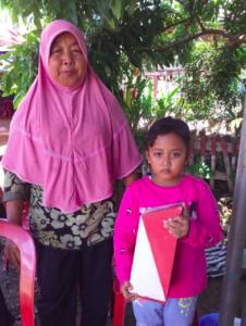 Jemitun dan Nasya (Cucunya) Mengikuti Program Menabung yang Diadakan Desa Bringinan